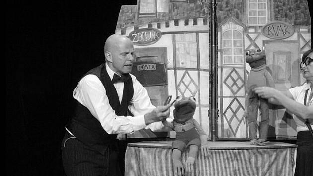 Úsměvné příběhy zeleného žabáka Kvaka a hnědého ropušáka Žbluňka nabídne online v sobotu 16. ledna od 15 hodin Divadlo v Dlouhé a Magdalena Zimová a Martin Matejka.