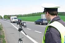 Dopravní policie na silnici I/3 u Tužinky v rámci dopravně bezpečnostní akce  vytasila nového pomocníka na trojnožce, laserový radar s digitálním záznamem přestupků