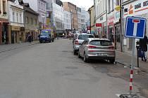 Rekonstrukce Tyršovy ulice začala. Řidiči si na to ještě nezvykli a vjeli do pasti, kde se museli otočit.