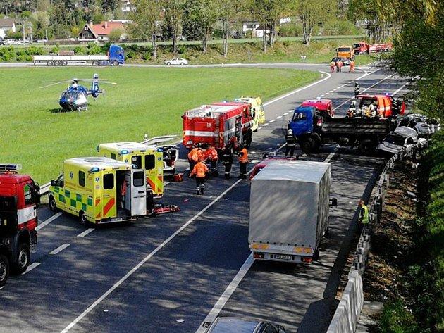 Nehoda čtyř vozidel na silnici E55.