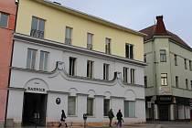 Benešovská radnice na Masarykově náměstí. Vpravo od ní je objekt Atasu, do kterého se přestěhuje Městská policie Benešov.