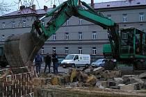 V úterý 26. října padla zeď u Táborských kasáren, aby bylo vidět na parkoviště.