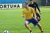 Pavel Čapek (ve žlutém), záložník a občas útočník Benešova vstřelil, ač občas zraněný, pět gólů z třinácti týmu a byl nejlepším střelcem mužstva.