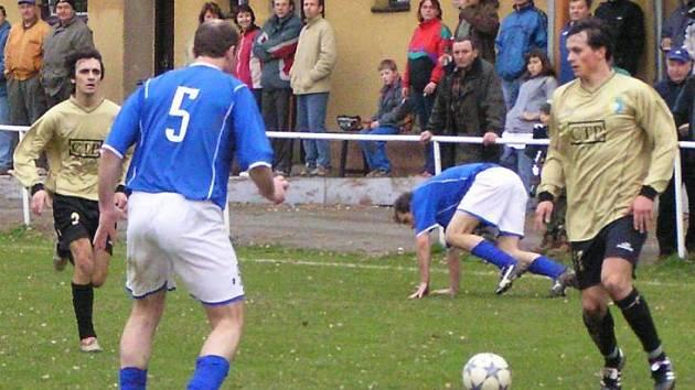Divišovský Zdeněk Pekárek (u míče) ve šlágru kola okresního přeboru nastřílel do sítě Zdislavic pět gólů.