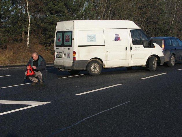 Šťouchanec dodávky do osobního auta na křižovatce u Bystřice se obešel bez zranění.