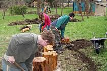 Účastníci semináře přiloží také ruku k dílu na vznikající permakulturní zahradě Spolkového domu.