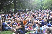 Koncert zaplnil klášterní zahradu.