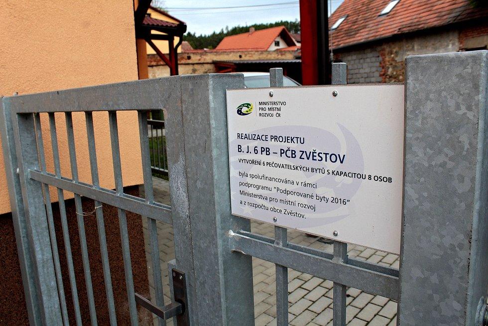 Zvěstovský DPS pomohla vybudovat dotace.se šesti byty má stejnou barvu fasády, jako radnice na druhém břehu Návesního rybníka.