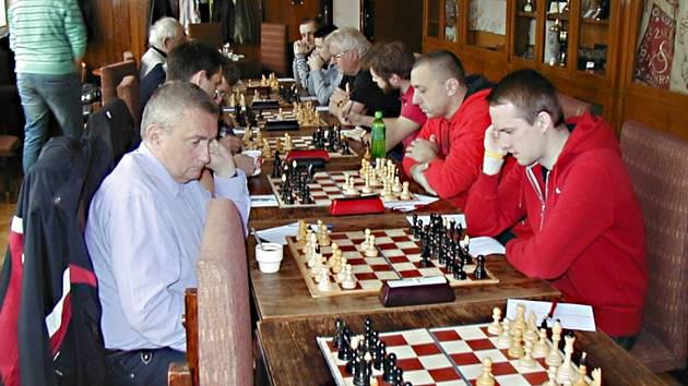 V utkání s Vyšehradem remizoval vlašimský Vít Moravec (vpravo vpředu) se zkušeným Fide mistrem Miloslavem Netušilem.