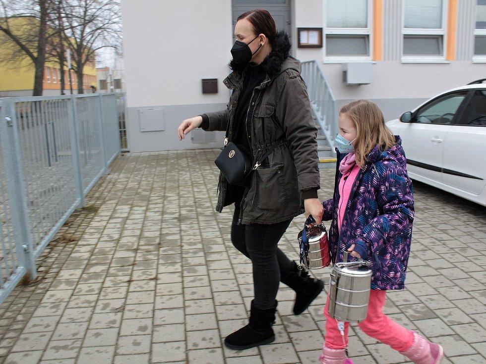 Úterý 2. března 2021. Strávníci si jsou pro oběd do Školní jídelny v Týnci nad Sázavou.