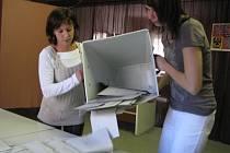 Ve Vrchotových Janovicích otevřela komise volební urnu ve 14.03