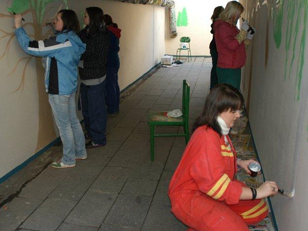 Studenti zdobí podchod u nemocnice