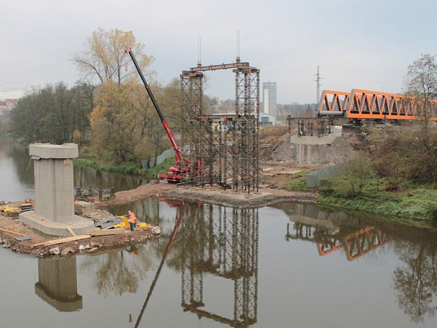 Ocelová konstrukce je připravená k zásunu na pilíře.