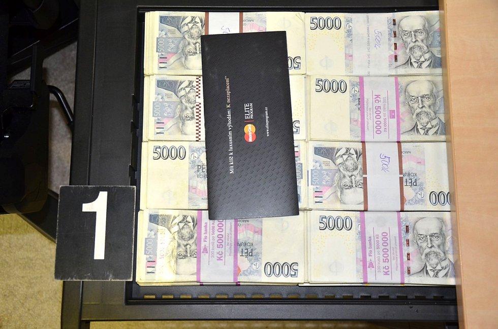 Peníze zajištěné při domovní prohlídce celníků v rámci případu s krycím názvem Pikaso.