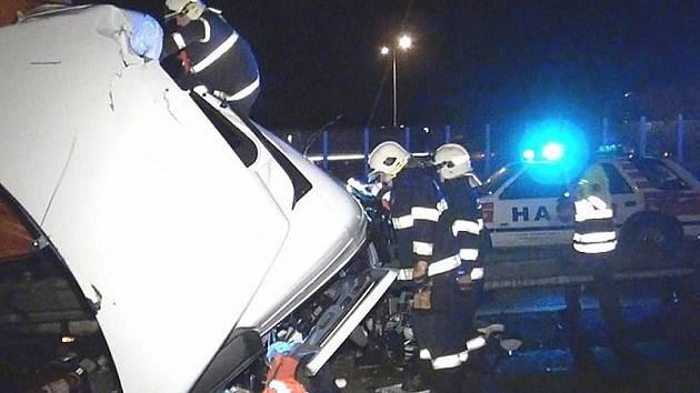 Noční srážka tří kamionů na dálnici D1 u Střechova.