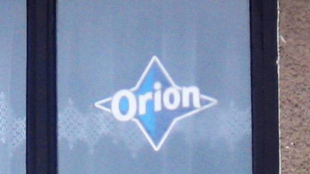Modrá hvězda za oknem láká podvodníky k okradení obyvatel