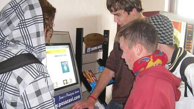Nový počítač umístěný ve vestibulu benešovského nádraží.