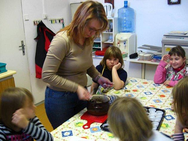 Kuchtíci z družiny připravovali čokoládu
