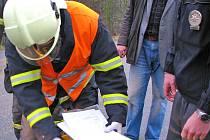 Nebezpečný biologický materiál posbírali profesionální hasiči do barelu a předali policii.