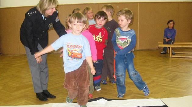 Děti ze školky Na Karlově se učily, jak správně chodit přes přechod