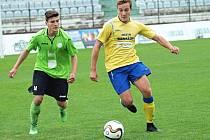 Vojtěch Balata (ve žlutém) se v Mostě gólově prosadil, i když k tomu měl v závěru zápasu velkou příležitost.