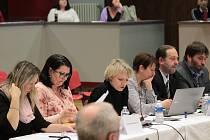 Magda Zacharieva (druhá zleva) při schůzi benešovského zastupitelstva 18. února 2019. Tehdy byla funkcí tajemnice jen pověřena, za odstoupivší Ivanu Károvou. Jmenována tajemnicí pak byla od 1. března.