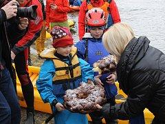 Vodáckou sezónu zahájili v Týnci nad Sázavou tradičním odemykáním řeky.