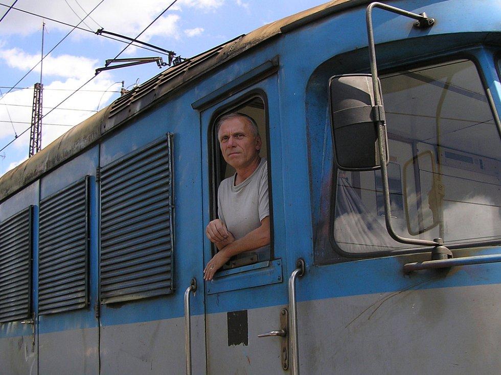 Kolem místa nehody projížděly další vlaky. Strojvedoucí z pantografu sleduje místo zkázy