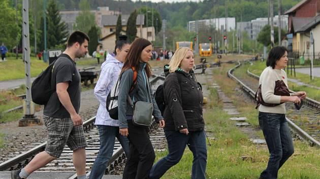 Turisté právě přes přejezd v Týnci přijdou do cíle pochodu Přes čtyři zámky.