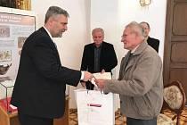 V Muzeu Podblanicka se ve čtvrtek setkali krajský radní Karel Horčička a nálezci středověkých mincí v Čelivu u Postupic na Benešovsku.