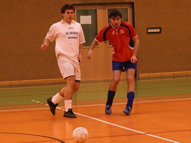 Vlašimský fotbalista ve službách futsalistů Žejdlíku Benešov Dušan Lizák (vlevo) sledoval míč s  Lukášem Růžičkou z Tismi v zápase, který  Žedlík vyhrál 4:1