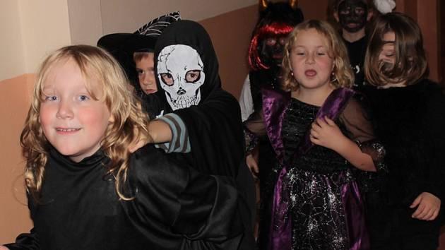 Strašidelný rej si užívaly děti i vychovatelky.