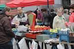 Na benešovském Masarykově náměstí si návštěvníci mohli vybrat velikonoční i běžné jarmareční zboží ve více než čytřiceti stáncích.