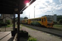 Vlak Regionova odstavený na nádraží v Týnci nad Sázavou.