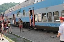 Zkrácení jízdních dob brzdí zdlouhavé křižování vlaků, které čekají na protijedoucí spoj až čtvrt hodiny.