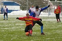 Luděk Bareš si kryje míč před štěchovickým hráčem.