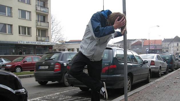 NEHODA tohoto typu může v zaneřáděné benešovské ulici potkat kohokoli.