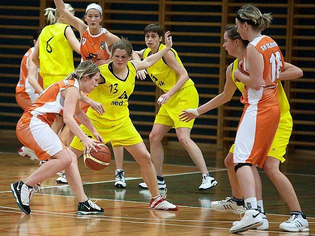 Nejlepší olomoucká hráčka Veronika Horáková (u míče) byla tvrdě střežena benešovskou Terezou Hřebíkovou.