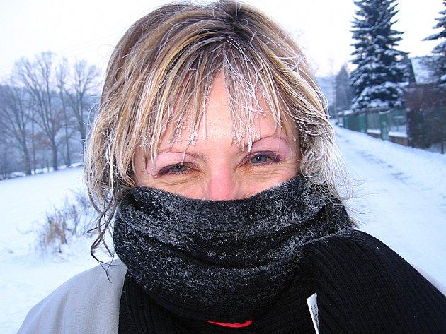Zuzana Stránská se osobně účastnila v terénu dopravních i bezpečnostních policejních akcí. Na snímku z ledna 2009 je při kontrole chatové osady ve Zlenicích. Ráno v 7 hodin bylo mínus 22°C.