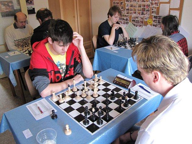 V Regionálním přeboru Pravonín smetl Stříbrnou Skalici. Vepředu svedl souboj domácí Lukáš Filip (bílé figury) se Zdeňkem Hegerem.