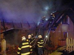 Požár domu v Kelcích u Neveklova a zjišťování jeho příčin.