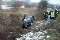 K dvojnásobnému úmrtí při srážce Opelu Astra s autobusem došlo v tomické šikaně v sobotu 7. února ráno po půl sedmé.