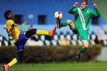 Karatistický zákrok předvedli v zápase benešovský Manzia (ve žlutém) a domácí hráč Vlatvínu.