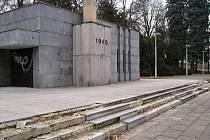 Mausoleum v Benešově je sice po rekonstrukci okolí, ale samotný objekt obložený deskami ze žuly atakují zloději a rozebírají jeho plášť. Takto vypadalo okolí pietního místa před rekonstrukcí.