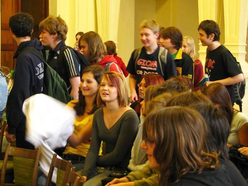 O šikaně, týrání nebo diskriminaci dětí hovořil při úterním setkání se studenty gymnázia nejen ministr pro lidská práva Michael Kocáb