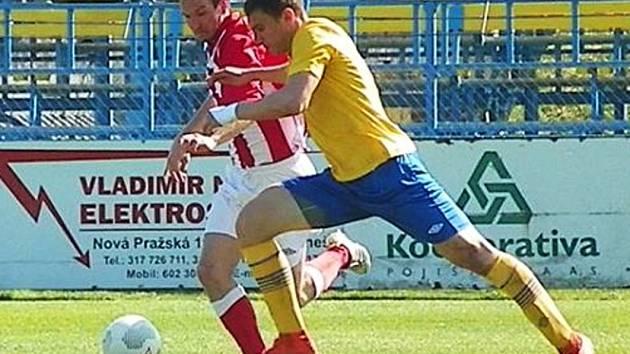 Ukrajinský útočník Illja Zubkov (ve žlutém) zazdil dvě velké šance Benešova s Jirnami.
