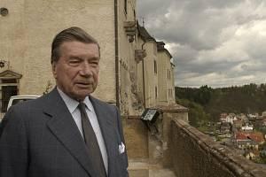 Zdeněk Sternberg na snímku z 29. dubna 2002 při natáčení televizního dokumentu o české šlechtě na hradě Český Šternberk.