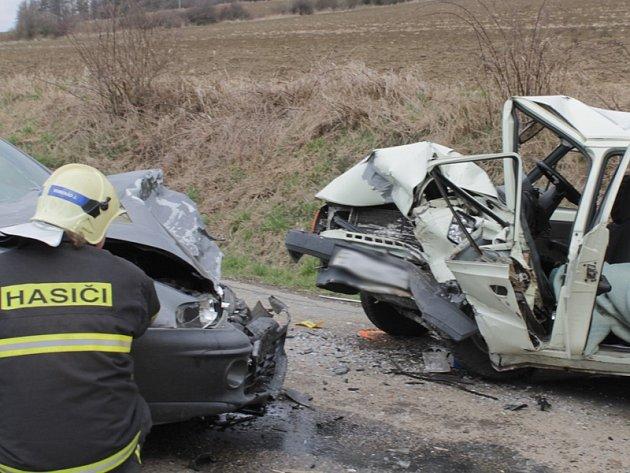 Starší řidič srážku u Neštětic nepřežil, druhý byl těžce zraněný.