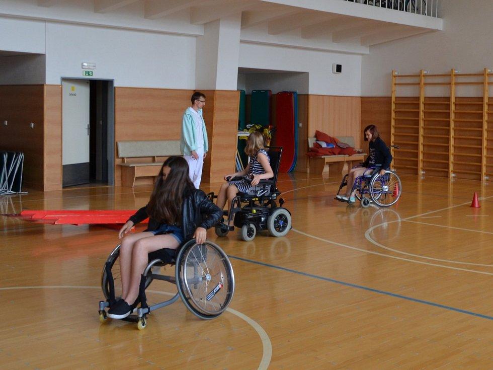 Žáci si například vyzkoušeli jaké to je se pohybovat na vozíku.