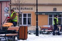V Neveklově začali sníh z chodníků hned ráno odstraňovat pracovníci údržby města.